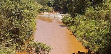 O vazamento foi identificado a partir da mudança da coloração do rio Itabirito, fato que chamou atenção da Secretaria de Meio Ambiente do município
