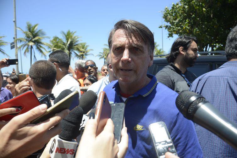 O presidente eleito, Jair Bolsonaro, fala com jornalistas na chegada a sua casa onde mora em um condomínio na Barra da Tijuca, na zona oeste do Rio.