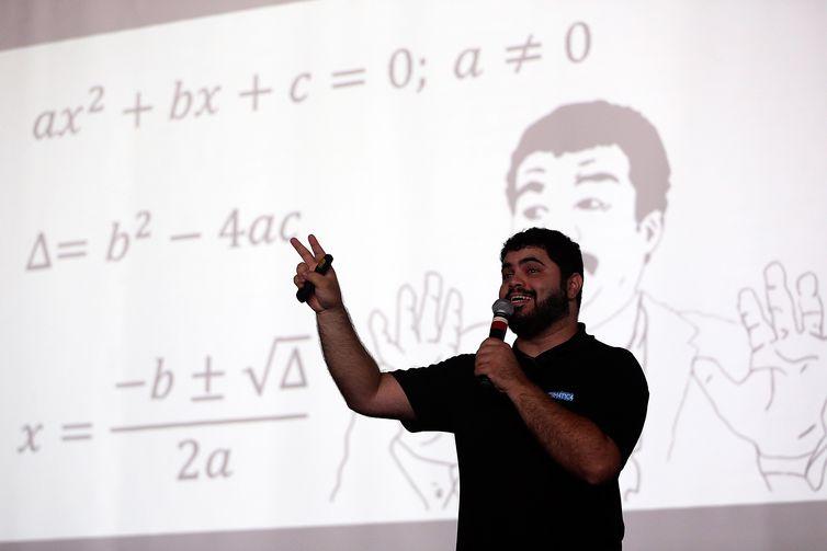 Brasília - Professor Rafael Procópio, do canal Matemática Rio, dá aula com dicas de matemática para os candidatos do Enem, a uma semana da primeira prova (José Cruz/Agência Brasil)