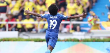 Willian comemora gol no jogo do Brasil contra a Colômbia