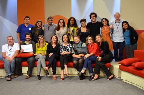 Membros da equipe do Sem Censura no cenário do programa