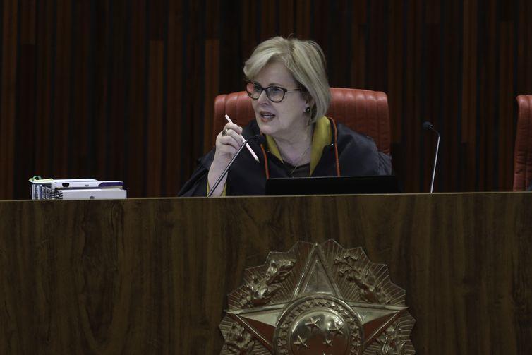 A ministra  Rosa Weber durante julgamento do pedido de registro de candidatura de Luiz Inácio Lula da Silva para a presidência da República nas eleições de outubro, no TSE.