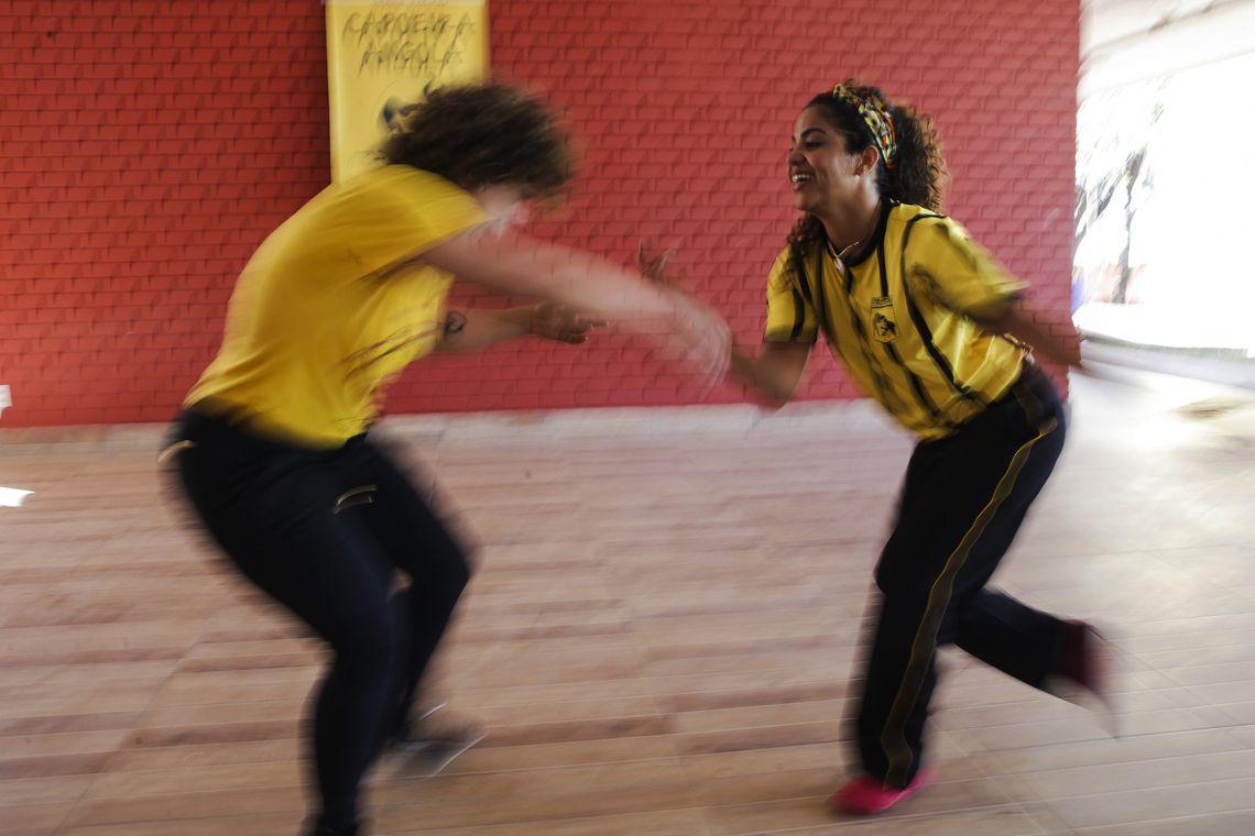"""A capoeira tem cor, tem uma história. Ela envolve ancestralidade, símbolos culturais e afirmação da negritude"""", diz Larissa Ferreira, capoeirista e professora de dança do Instituto Federal de Brasília (IFB)"""