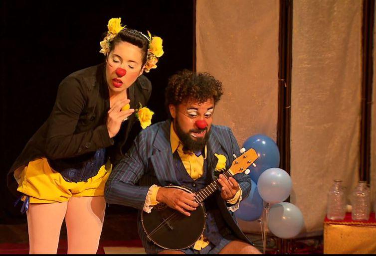O palhaço Totó, interpretado pelo ator Marcos Camelo, e a bailarina Sólamenta, papel de Cecília Viegas, divertem a família toda