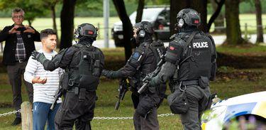 AOS (Armed Offenders Squad) empurra para trás membros do público após um tiroteio na mesquita Masjid Al Noor em Christchurch, Nova Zelândia, 15 de março de 2019.