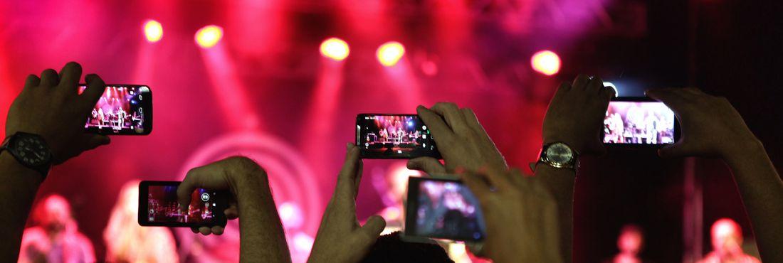 Fãs fazem fotos durante show de Marcelo Jeneci no Porto Musical