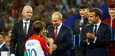 Luka Modric recebe o prêmio Bola de Ouro da Fifa