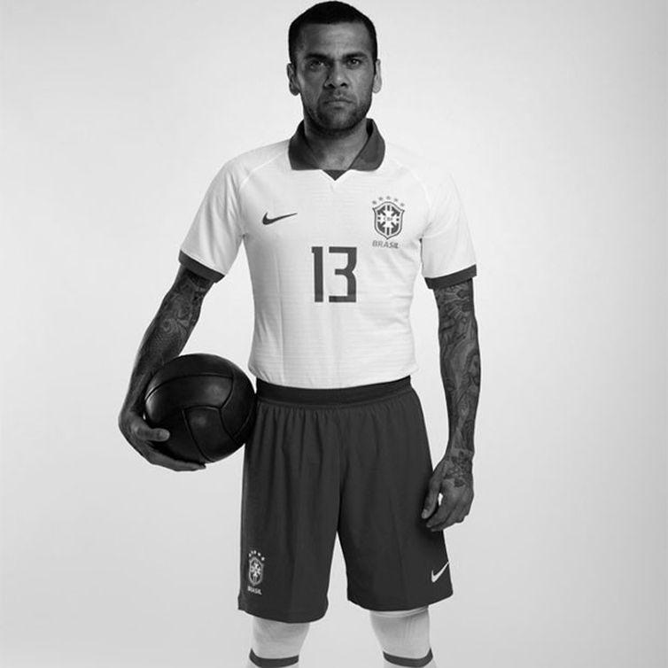 Daniel Alves será o capitão da seleção na Copa América. O Brasil entrará em campo com o uniforme que homenageia os 100 anos do primeiro título sul-americano