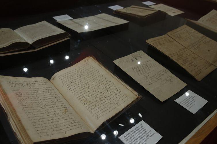 Exposição 130 anos da Abolição da Escravatura apresenta os documentos originais da Lei Áurea e da Lei do Ventre Livre dentre outros do período da escravidão.
