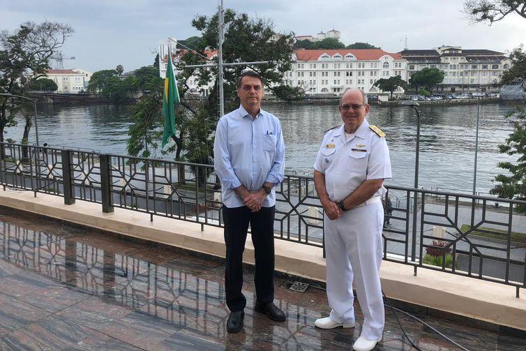 O presidente eleito Jair Bolsonaro toma café da manhã, com o comandante da Marinha, almirante Eduardo Bacellar