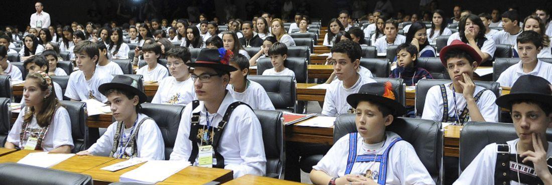 Mais de 400 estudantes do ensino fundamental de escolas públicas e privadas participaram do projeto Câmara Mirim, em 2011