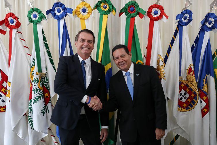 Presidente Jair Bolsonaro transmite o cargo para o vice-presidente da República, Hamilton Mourão, ao embarcar para Santiago, no Chile.