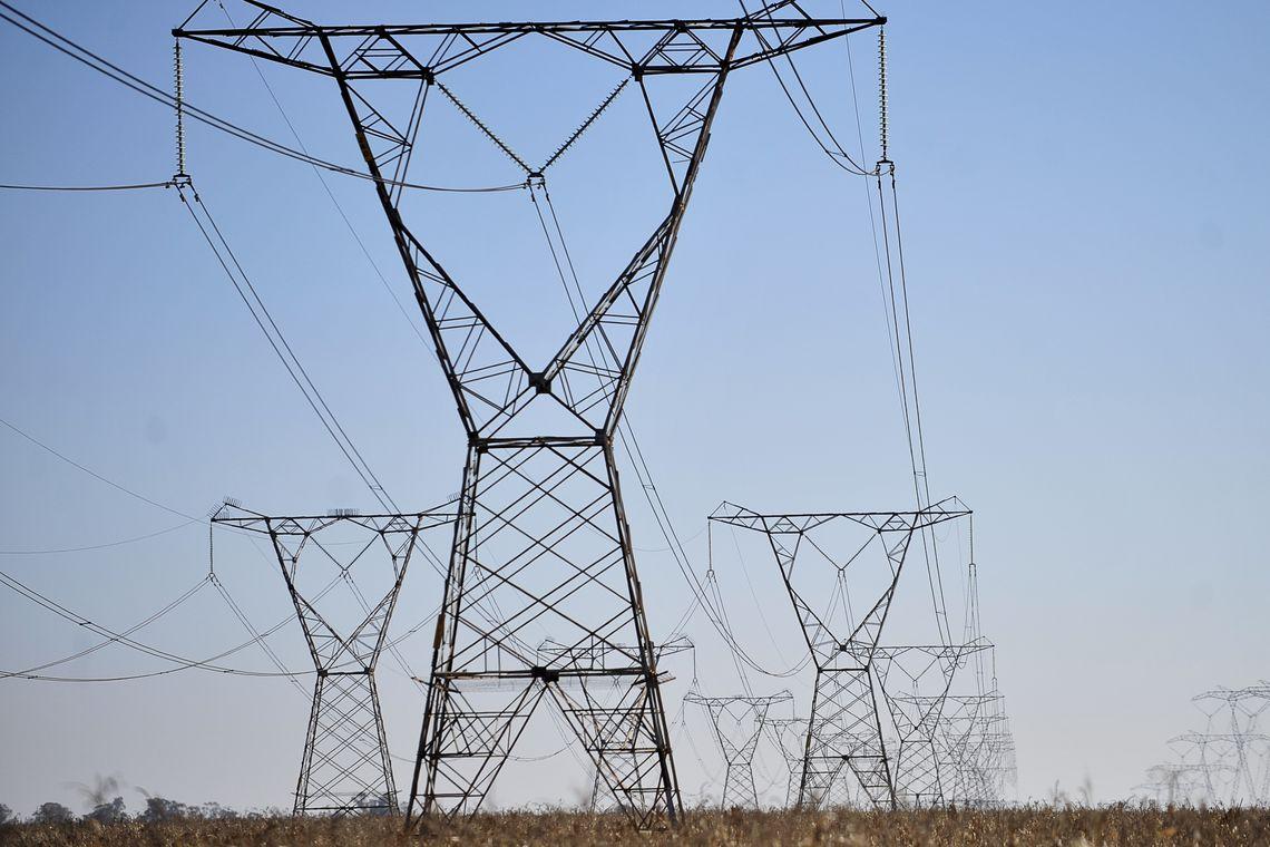 Linhas de transmissão de energia, energia elétrica.