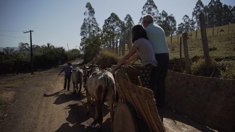 Adauir e Bia passeiam em um carro de boi