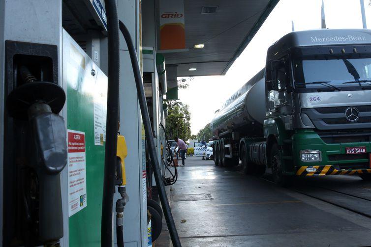 Caminhão-tanque abastece posto de combustível no Plano Piloto, região central da capital.