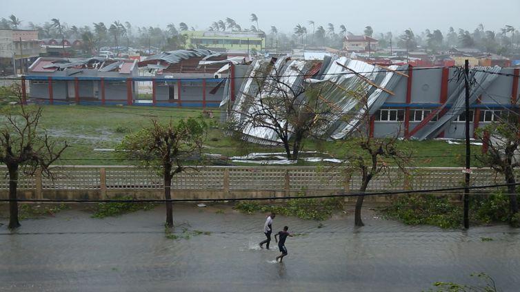 Estradas alagada e prédios danificados pelo Ciclone Idai na cidade da Beira, Moçambique.