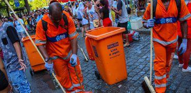 Garis da Comlurb recolhem lixo deixado nas ruas por foliões