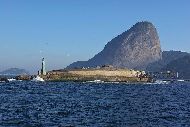 Em períodos de ressaca do mar, as ondas chegam a cobrir a ilha
