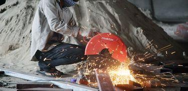 A cada cinco minutos, cerca de 20 trabalhadores morrem por acidentes fatais e cerca de 3 mil sofrem acidentes ao redor do mundo, diz a OIT