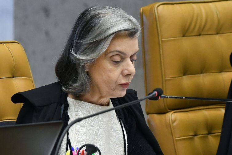Ministra Cármen Lúcia durante sessão extraordinária do STF