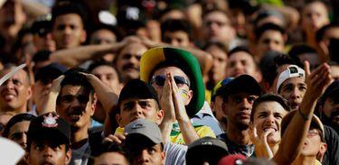 Multidão acompanha o jogo do Brasil contra a Bélgica no Vale do Anhangabaú, em São Paulo