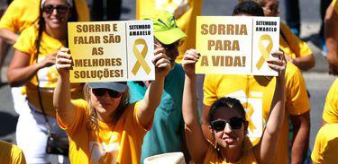 Mulheres exibem cartazes de campanha do Setembro Amarelo