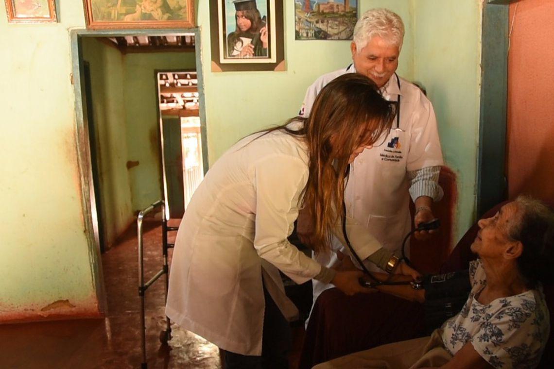 Atendimento de paciente por profissionais do Mais Médicos. Novas adesões de municípios podem ser feitas a partir de hoje