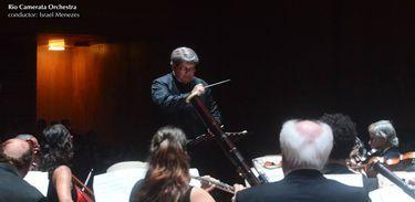 Orquestra Rio Camerata e seu regente, Israel Menezes