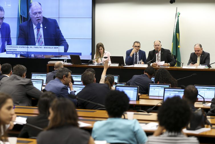 A Comissão Especial da Câmara que analisa o projeto de lei sobre a Escola sem Partido se reúne para discussão da matéria.