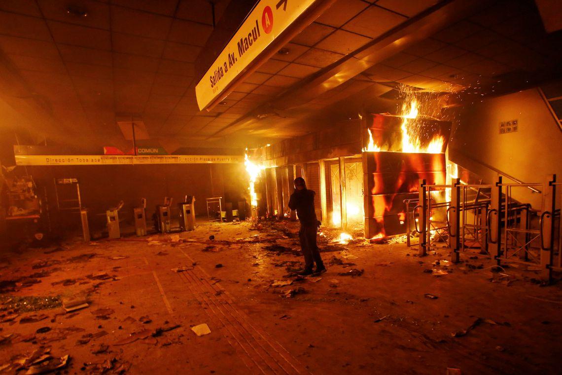 Capital do Chile amanhece sob estado de emergência após protestos REUTERS/Ramon Monroy NO RESALES. NO ARCHIVES