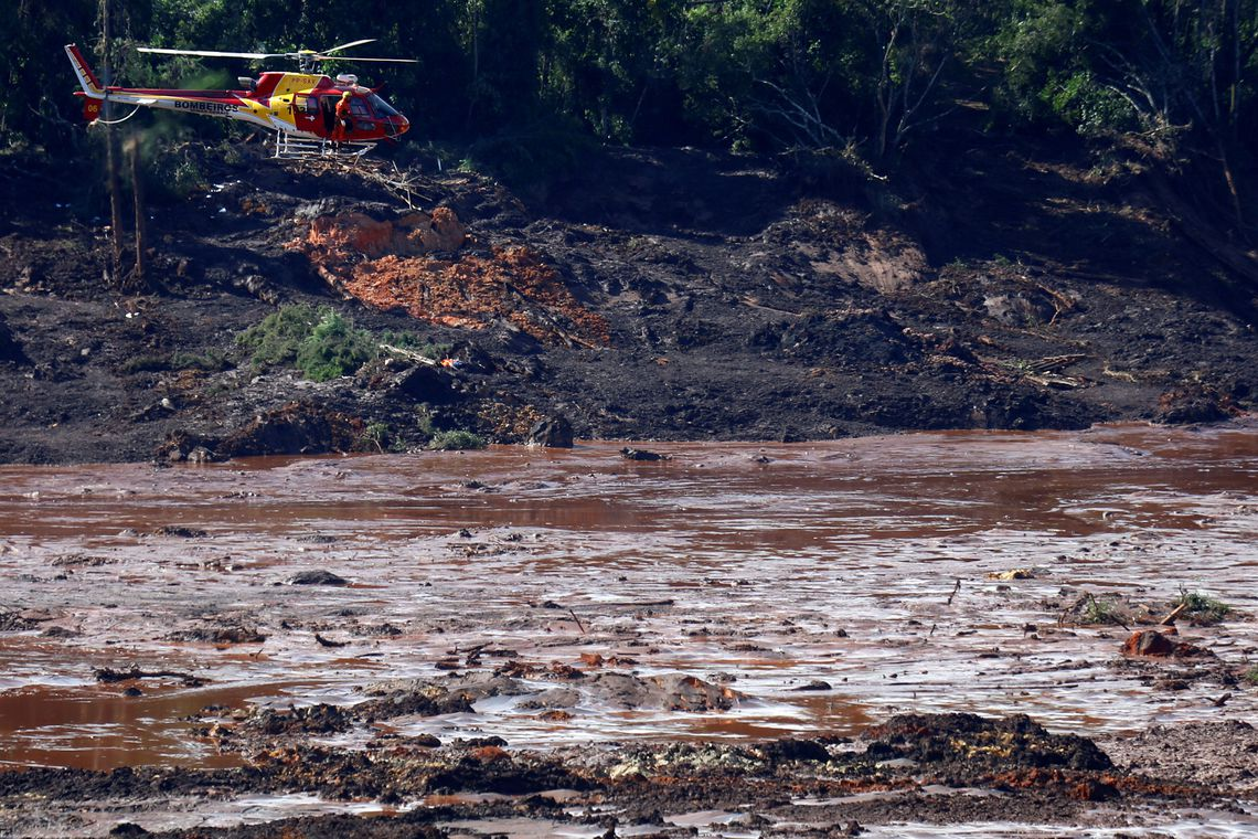 A rescue helicopter searches for victims after a tailings dam owned by Brazilian miner Vale SA burst, in Brumadinho, Brazil January 27, 2019. REUTERS/Adriano Machado