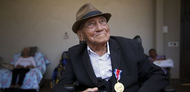 Fotógrafo Gervásio Baptista posa com Medalha do Mérito Jornalístico