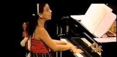 Maria Teresa em apresentação na Sala Baden Powell, tocando Estudo para piano, de Tim Rescala