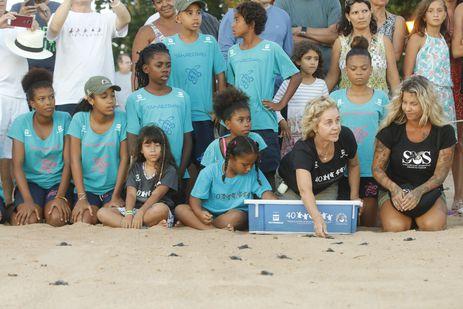 A coordenadora do Projeto Tamar, Neca Marcovaldi, participa da soltura de filhotes que comemora a marca de 40 milhões de tartarugas marinhas protegidas e devolvidas ao oceano.