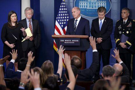 """O diretor de Inteligência Nacional dos Estados Unidos, Dan Coats, entre outros dirigentes do governo, fala sobre campanha de mensagens da Rússia para """"dividir"""" a sociedade norte-americana."""