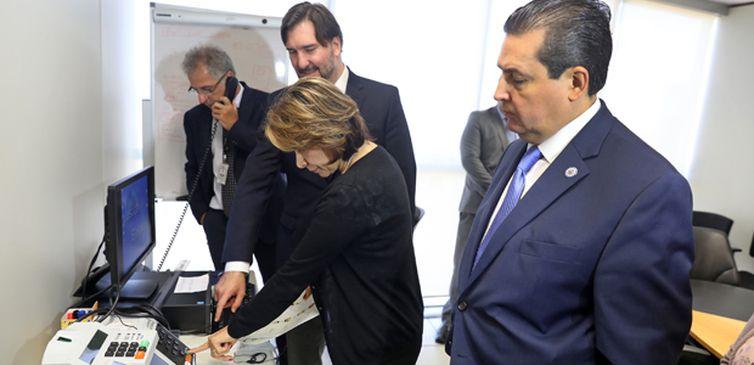 Responsável pela missão da OEA, presidente da Costa Rica, Laura Chinchilla, testa urna eletrônica