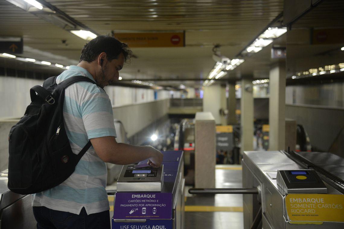 Metrô Rio lança serviço de pagamento da tarifa por tecnologia de aproximação, com cartões, celulares e outros dispositivos, diretamente nas catracas de embarque das estações.