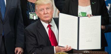 Presidente Donald Trump assina ordem executiva para construção de muro na fronteira dos Estados Unidos com o México (AFP/Direitos Reservados)