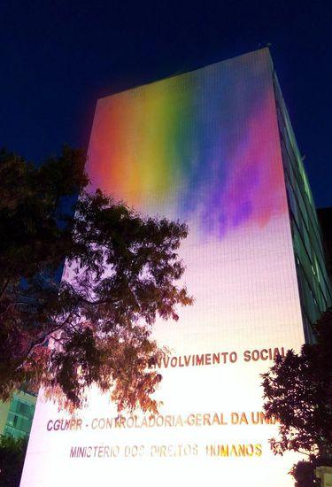Ministério dos Direitos Humanos é iluminado na Semana de Luta contra LGBTfobia