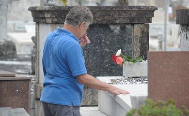 Rio de Janeiro - Dia dos Finados foi de intenso movimento no Cemitério São João Batista em Botafogo. Além de parentes e amigos, fãs de artistas também fizeram visitas aos túmulos (Tomaz Silva/Agência Brasil)