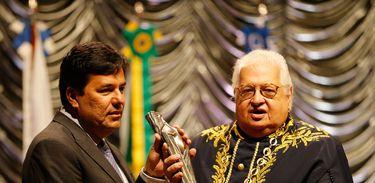 Rio de Janeiro - O ministro da Educação, Mendonça Filho, recebe o Prêmio Fernando de Azevedo – Educador do Ano 2016 das mãos do presidente da Academia Brasileira de Educação, Carlos Alberto Serpa (Fernando Frazão/Agência Brasil)