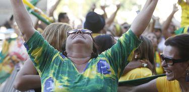 Torcedores comemoram vitória do Brasil no jogo contra a Costa Rica na Praça Mauá, região central do Rio.