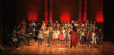 Coral de crianças e adolescentes canta Palavra Cantada