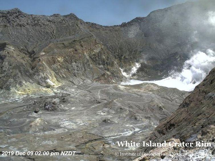 Vista aérea da borda da cratera de Whakaari, também conhecida como Ilha Branca, pouco antes de o vulcão entrar em erupção na Nova Zelândia  Reuters/Direitos Reservados