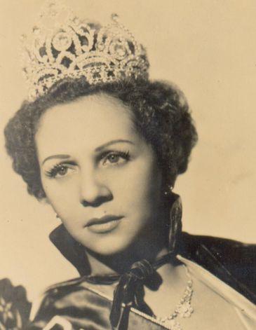 Dalva de Oliveira com coroa de Rainha do Rádio
