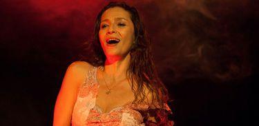 Atriz Cyria Coentro em cena da peça Love