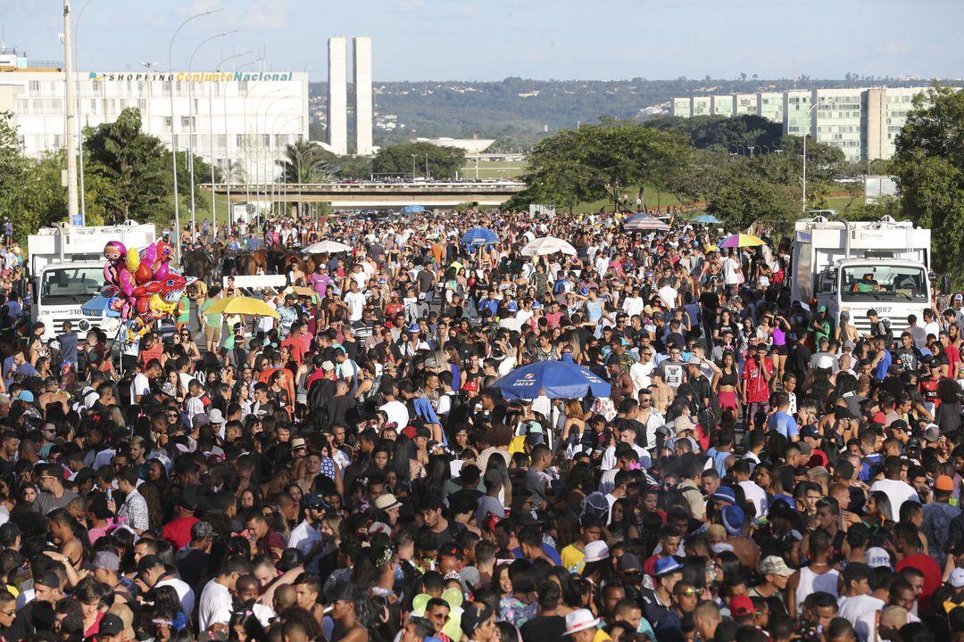 Brasília - Blocos Baratona e Raparigueiros reunem multidão de pessoas no Eixo Monumental (Fabio Rodrigues Pozzebom/Agência Brasil)