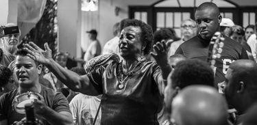 Dona Leda canta na roda de samba que homenageou o centenário do sambista Silas de Oliveira.