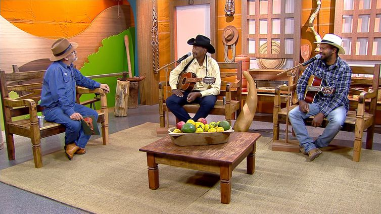 Luiz Rocha tem um dedo de prosa com os violeiros J. Batista & Luizinho no Brasil Caipira
