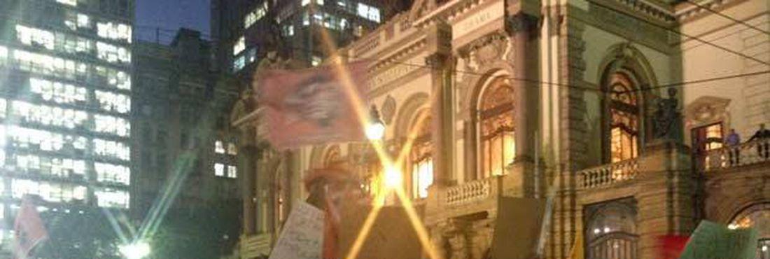 Manifestação do Movimento Passe Livre (MPL) terminou em confronto com a polícia nesta quinta-feira (6)
